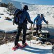 Un rústico puente de piedras permite a estos dos montañeros cruzar un estrechamiento de la laguna Negra