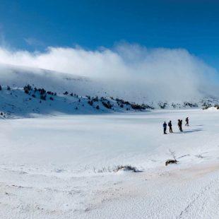 La laguna Larga helada. Esta foto permite hacerse una idea del tamaño del circo glaciar.  (José Antonio López Hueto)