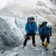 Carlos Soria y un miembro de su equipo en la zona de cuerdas fijas que baja hasta el glaciar del Annapurna. 2016  (Colección Carlos Soria)