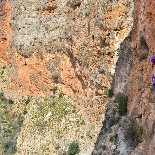 Aida escalando en el sector Espartano (en desarrollo) en Gestalgar  (Eva Martos / Desnivelpress)