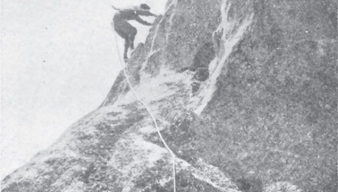 Zabala tras salvar la llambría trepa por los agarres de la cornisa