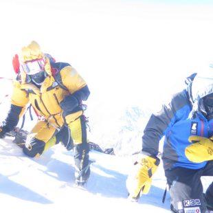 Simone Moro (izq.) y Alex Txikon en la cumbre del Nanga Parbat Invernal. Febrero 2016  ()
