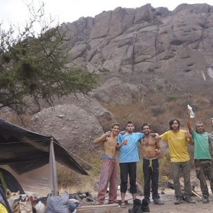 Un grupo de escaladores chilenos ayudan a un habitante no escalador de las Chilcas a construir su refugio de invierno ()