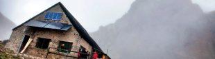 Refugio Diego Mella en el collado Jermoso con la silueta de la Torre del Peñalba detrás. Anillo de Picos  (Juan Pixelecta)