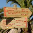 Carteles en el Camino de la Costa señalando la dirección hacia Santo Toribio de Liébana