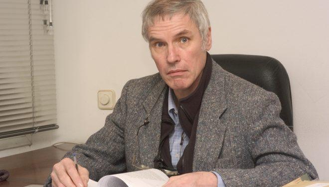 Ken Wilson en la redacción de Desnivel en 2002.  (©Darío Rodríguez/DESNIVEL)
