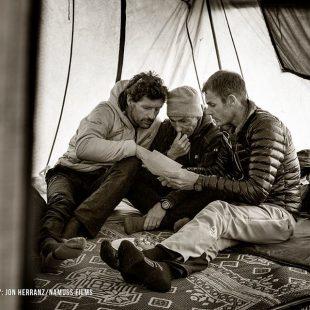 Mikel Zabalza Alberto Iñurrategi y Juan Vallejo analizando opciones desde CB de los Gasherbrum. Expedición WoPeak 2016  (WoPeak)