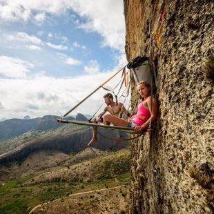 Felipe Camargo y Sasha DiGiulian en Planeta dos macacos en la Pedra Riscada (Brasil)  (Foto: Marcelo Maragni)