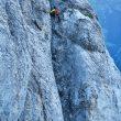 Ueli Steck escalando en zapatillas de running el Jungfraupor por la Berner Oberland.  (Robet Boesch)