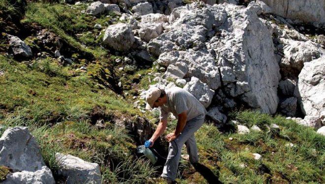 Llenando la bolsa de hidratación en la fuente Prieta. Picos de Europa  (Isidoro Rodríguez)