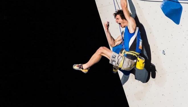Adam Ondra celebra su top en la final del Campeonato del Mundo de Escalada