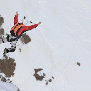Patrick Gisasola saltando del Veleta en el Salto Base desde mayor altitud realizado hasta el momento en nuestro país. (ERNESTOSOFOS.COM)