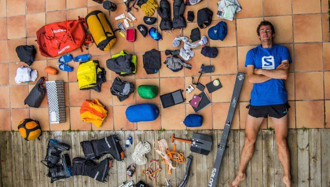 Kilian Jornet rodeado del material que llevará en su ascensión al Everest en estilo ligero.  (© Coleccion Kilian Jornet)