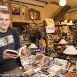 """Pawel Wysoczanski director de la película """"Jurek"""" en la Librería Desnivel sostiene en sus manos la biografia de Jerzy Kukuczka"""