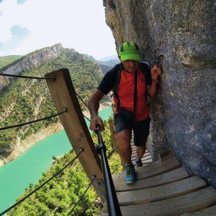 La pasarela colgada del Camino Natural de Montfalcó  (JORDI VALLVÉ)