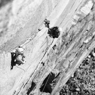 Barbara Zangerl y Jacopo Larcher en Zodiac 8b en libre. Yosemite  (BD)