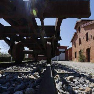 Antigua estación del Tren de la Burra a su paso por Fresno de la Vega.  ()
