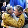 Jaime García Orts abraza a Carlos Soria en la presentación de su biografía Carlos Soria. Alpinista en Madrid. Diciembre 2016.  (Ángel Pablo Corral)