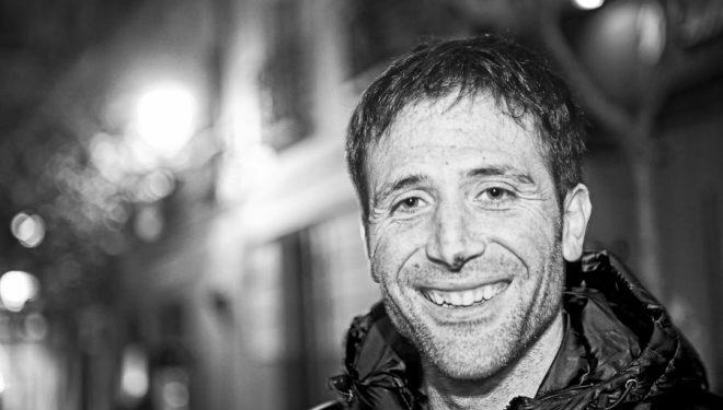 Alex Txikon en la Librería Desnivel dos días después de regresar a casa tras hacer cima en el Nanga Parbat invernal (marzo 2016)  (©Darío Rodríguez/DESNIVEL)
