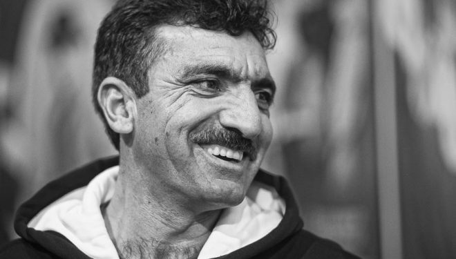El alpinista pakistaní Ali Sadpara en la Librería Desnive en diciembre 2016  (© Darío Rodríguez/DESNIVEL)