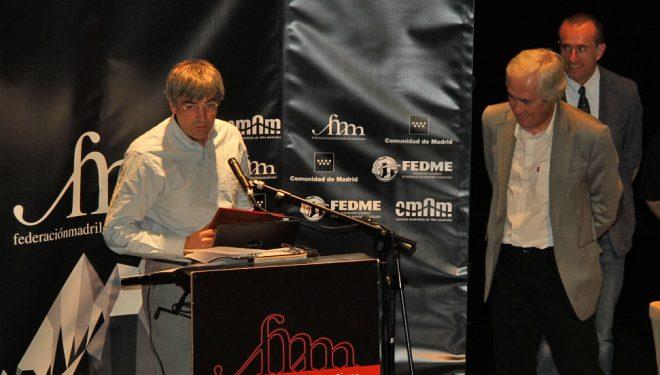 Darío Rodríguez agradece el premio A toda una vida ante la mirada de José Luis Rubayo