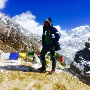 Alex Txikon en Dingbochen (4500 m). Atras