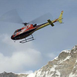 El helicóptero evacua a Carlos Rubio del C2 del Everest invernal (2017)  (© Alex Txikon)