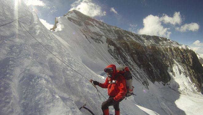Iván Vallejo asciende por una cuerda fija en la cara norte del Everest (2013).  (Carla Pérez/Esteban Mena/ Somos Ecuador)