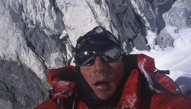 Jean Christophe Lafaille a 7.800 m. el día que hizo cumbre durante su ascensión al Shisha Pangma (11 diciembre 2004).  (©Colección Lafaille)