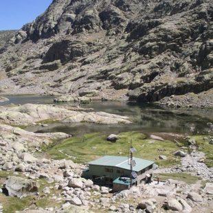 Vista del Refugio de la Laguna Grande de Gredos  ()