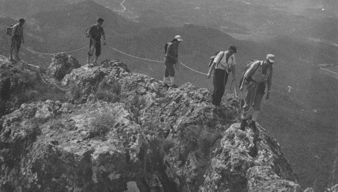 Socios del CEV encordados en una cresta.  (Instituto Valenciano de Excursionismo y Naturaleza)