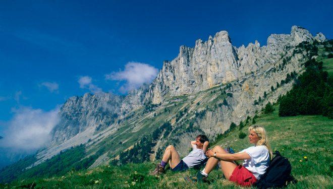 Dos excursionistas disfrutando de las vistas de Vercors  ()