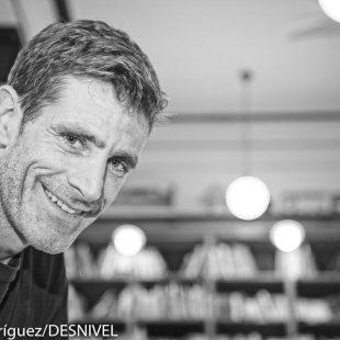 Mariano Galván en la Librería Desnivel en la conferencia que dio al regreso de su Manaslu non-stop (octubre 2016)  (©Darío Rodríguez/DESNIVEL)