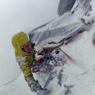 Marek Raganowicz en la primera solitaria invernal del Troll Wall  ()