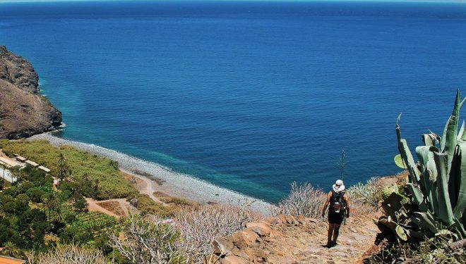 Los caminos naturales de las Islas Canarias permiten llegar a rincones tan pintorescos como esta cala en la Isla de la Gomera  (CABILDO INSULAR DE LA GOMERA)