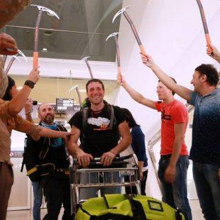 Recibimiento a Álex Txikon en el aeropuerto de Bilbao tras su expedición al Everest invernal 2017  (Col. Á. Txikon)