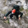 Miembros del GREIM de Potes ayer escalando en el Jisu durante las labores de búsqueda de los escaladores zamoranos accidentados.  ()