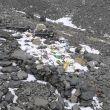 Basura abandonada en el campo base del Everest (vertiente norte)