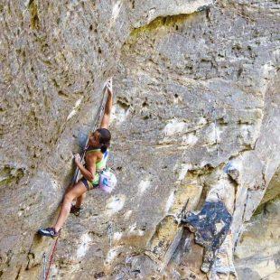 Angie Scarth-Johnson en Lucifer 8c+ de Red River Gorge  (Foto: Melissa Mooney)