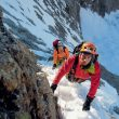 Haciendo actividad en los Alpes con una capa exterior impermeable y transpirable