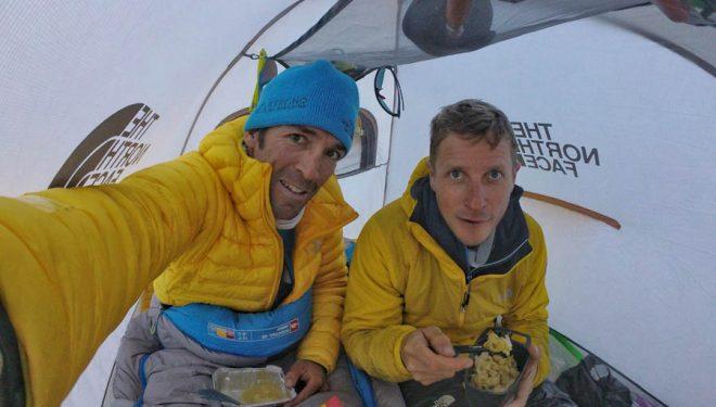 Hervé Barmasse y David Göttler en la cara sur del Shisa Pangma.  (©Colección Barmasse y Göttler)