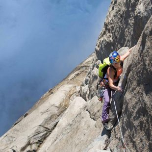 Sasha DiGiulian en Misty Wall en Yosemite. Mayo 2017  (johnevansphoto)