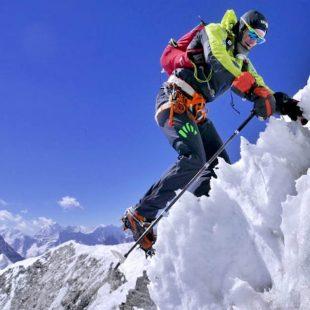 Ueli Steck ascendiendo al Island Peak. (© Ueli Steck)