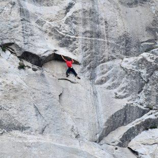 Alex Honnold escalando en solo integral Freerider en El Capitan. (Tom Evans)