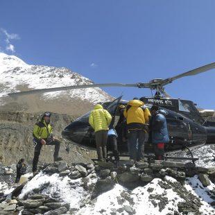 El helicóptero durante el rescate de ocho alpinistas en el Dhaulagiri 2017  (©Sito Carcavilla)
