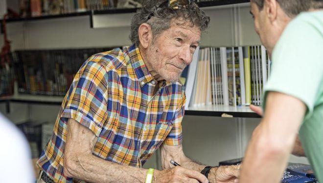 Carlos Soria firma ejemplares de su biografía en la Feria del Libro de Madrid 2017  (©Darío Rodríguez/DESNIVEL)
