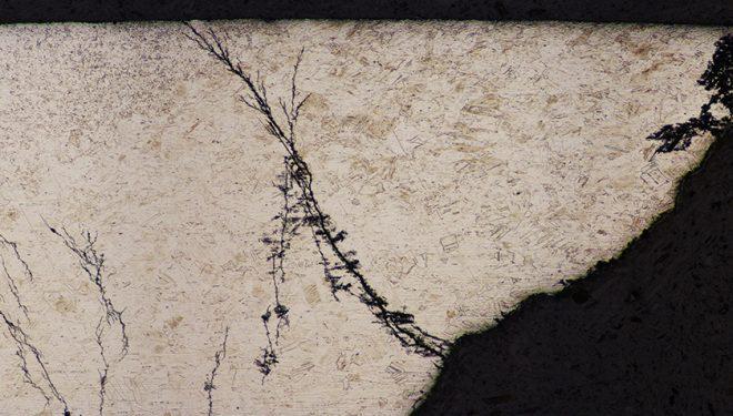 Imagen del microscopio que demuestra la existencia de la temida corrosión bajo tensión. Estudio FEDME sobre corrosión de anclajes  (Curro Martínez/ASAC)