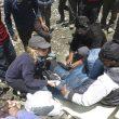 Primeras atenciones a un alpinista de la expedición de las Fuerzas Aéreas Indias que acababa de ser rescatado a cargo de uno de los médicos presentes en el campo base indio.  (©Sito Carcavilla)