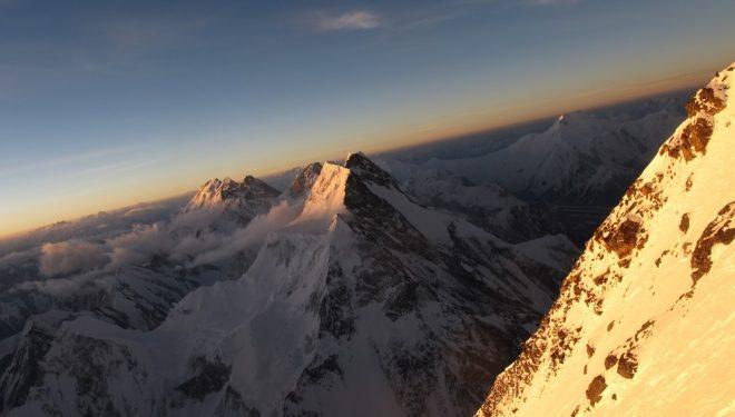 Amanecer en el K2 con vistas al Broad Peak  (Òscar Cadiach)