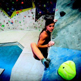 Maja Jonjic haciendo ejercicios en el rocódromo para mejorar su técnica y su confianza en los pies.  (Esteban Lahoz)